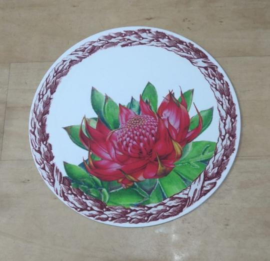 jogo com 4 sousplat e 4 guardanapos branco com flor
