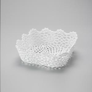 cesta branca resinada em croche quadrada